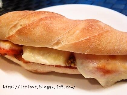 ベーコンとトマトonチーズ焼きサンド