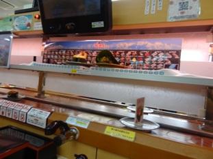 「新幹線」で運ばれてくるお寿司の様子
