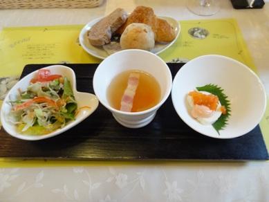 スープ、サラダと食べ放題のパン