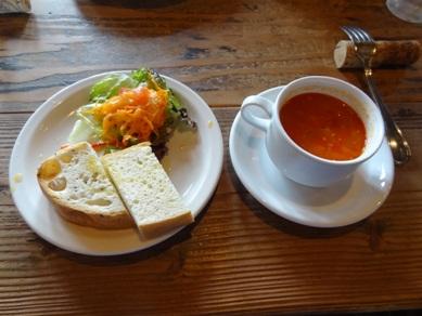 サルーテランチのスープ、サラダ