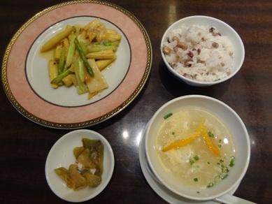 花珠ランチコースのスープ、八穀飯、アスパラのxo醤炒め