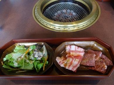 飛騨牛石焼ビビンバランチのサラダとカルビ