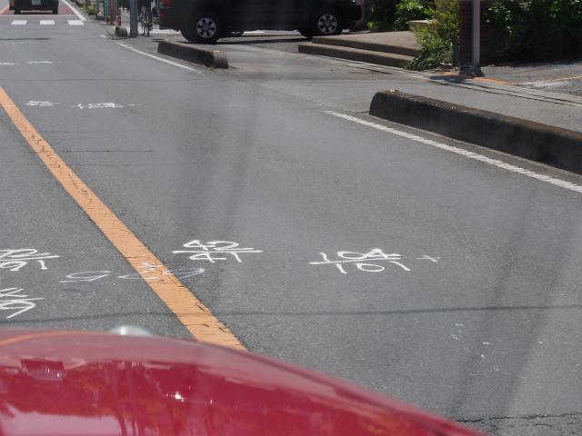 次の撮影場所へ。何やら路面に書いてある。