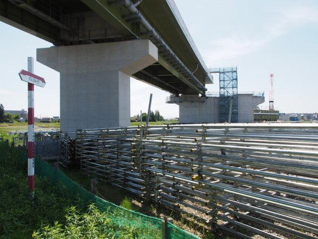 久喜市太田袋から久喜白岡JCT方面。上の橋桁が、この辺りで最初に架設された桁。