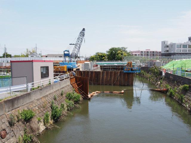 河川の切り回し工事中。