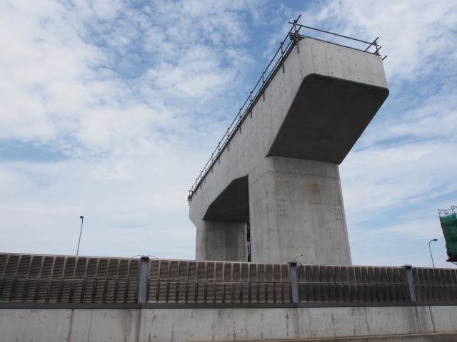 架設待ちの橋脚。
