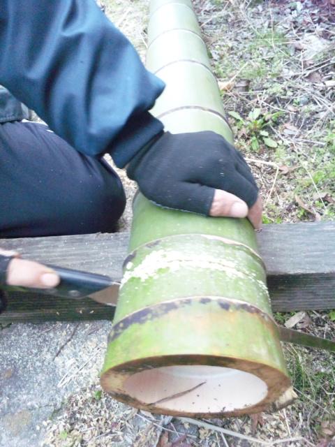 竹をカット