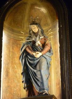 サンティッシマ・アンヌンツィアータ教会の胸に7本の剣が刺さった聖母マリアの像