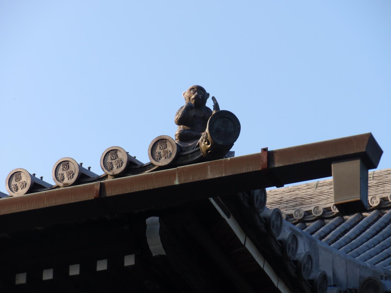 西教寺・屋根瓦の猿