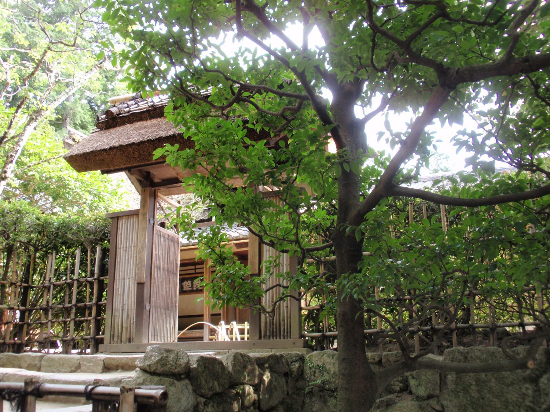 詩仙堂・老梅関の門