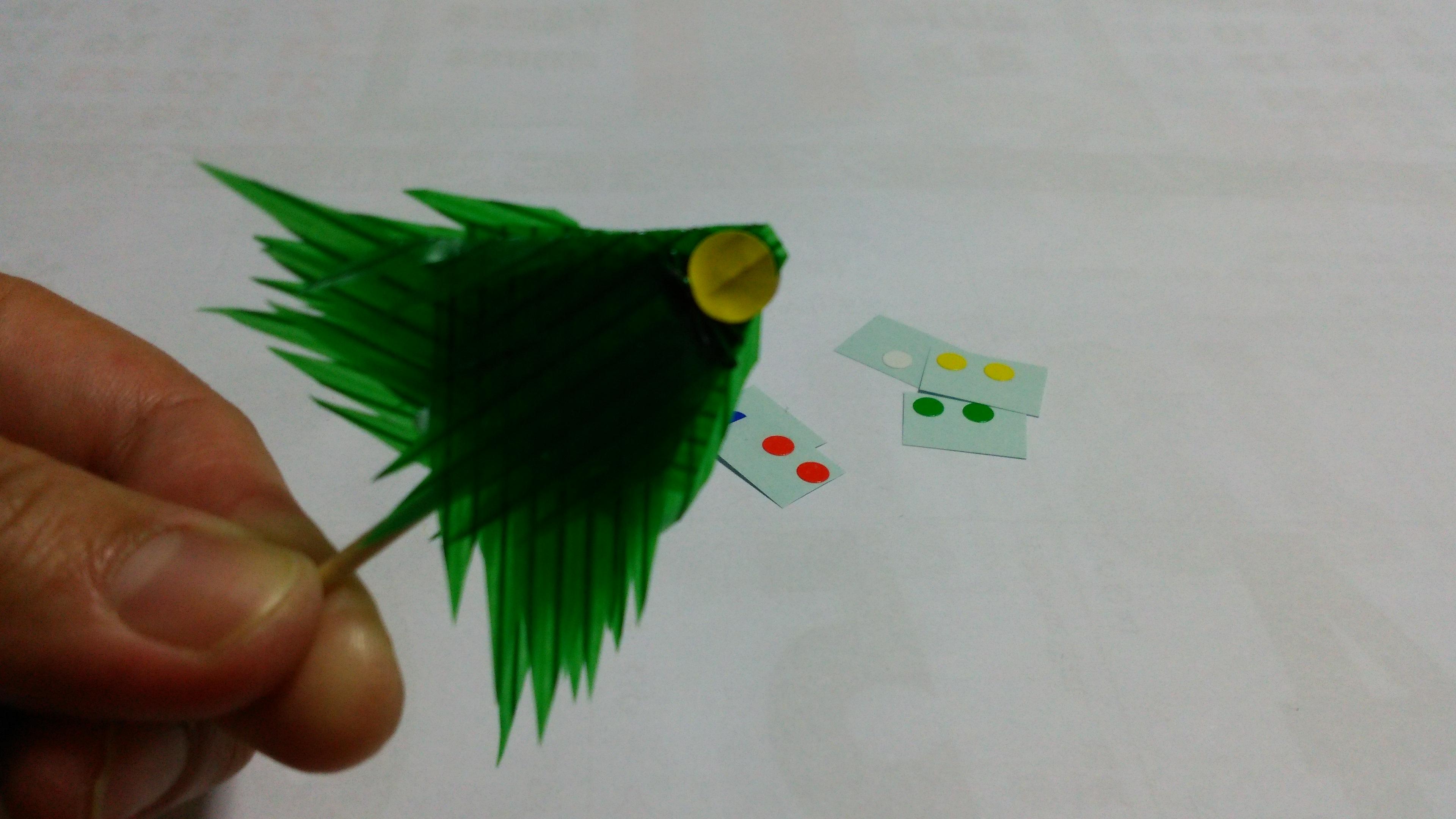 バランでクリスマスツリーホチキスの針を隠すように大き目のシールを貼る