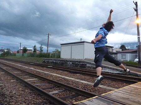銀色の空と大更駅01(2012.8.13)ジャンプ!