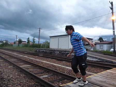 銀色の空と大更駅02(2012.8.13)ジャンプ!