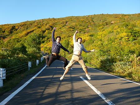 紅葉のアスピーテライン01(2012.10.8)ジャンプ!