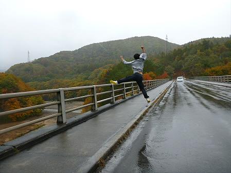 森の大橋01(2012.10.23)ジャンプ!