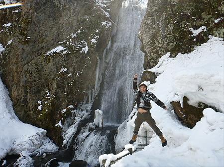 不動の滝01(2012.4.8)ジャンプ!