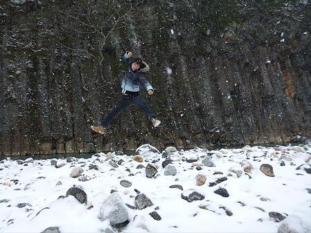 松川渓谷玄武岩01(2012.12.5)ジャンプ!