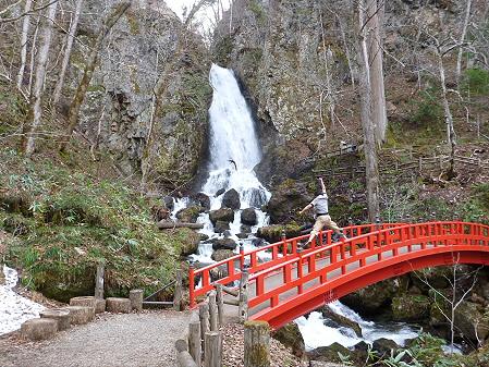 春の不動の滝01(2012.4.30)ジャンプ!