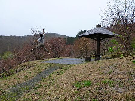 桜松公園の桜01(2012.5.3)ジャンプ!