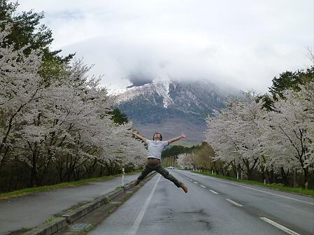 上坊牧野入口付近の桜並木01(2012.5.5)ジャンプ!