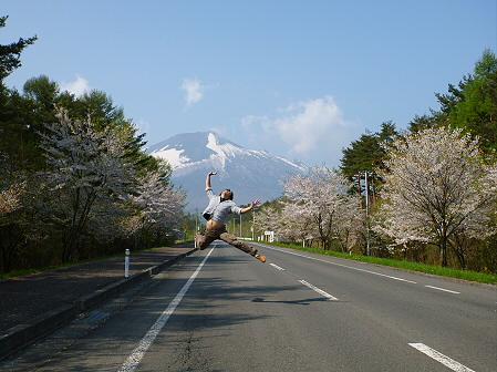 上坊牧野入口付近の桜並木01(2012.5.9)ジャンプ!