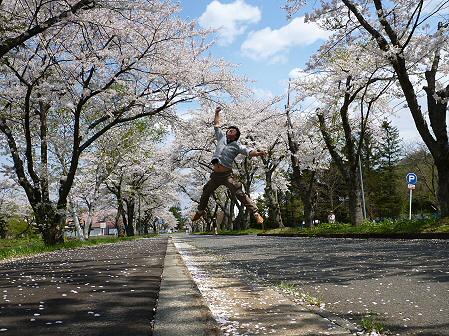 トラウトガーデンの桜並木10(2012.5.9) ジャンプ!