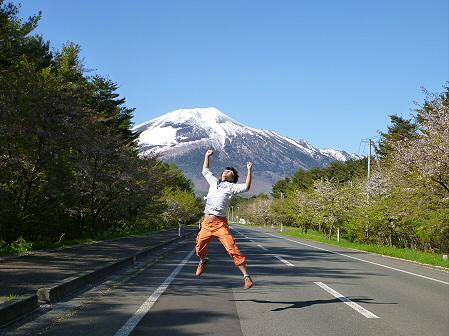 上坊牧野入口付近の桜並木04(2012.5.13) ジャンプ!
