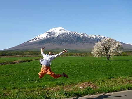 上坊牧野の一本桜01(2012.5.13)ジャンプ!
