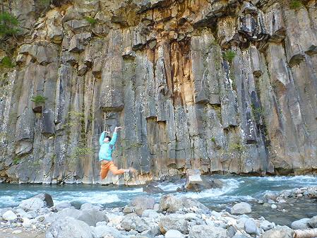 松川渓谷玄武岩01(2012.5.13)ジャンプ!