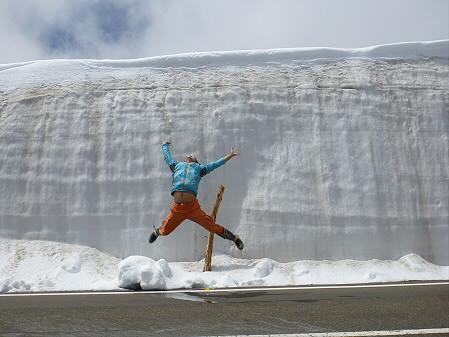 雪の回廊01(2012.5.13)ジャンプ!