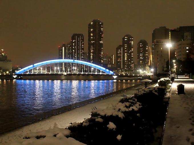 雪の永代橋夜景