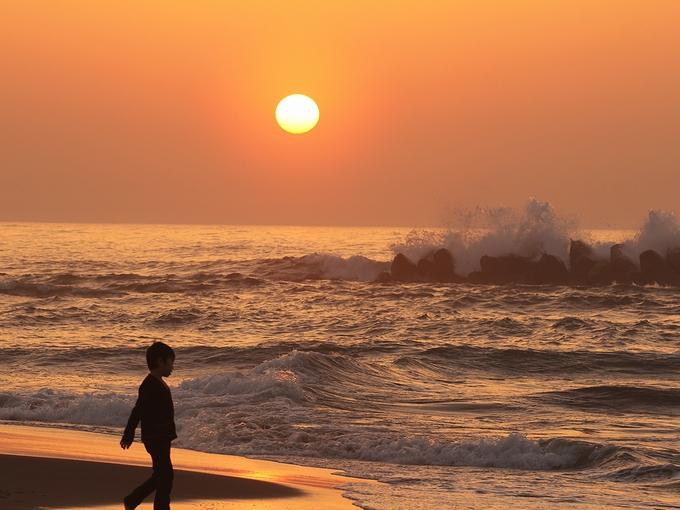 春の荒波と日本海に沈む夕日
