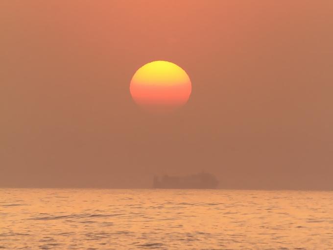春霞で消えゆく夕日