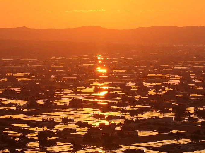 散居村にオレンジ色のライン 富山県砺波市
