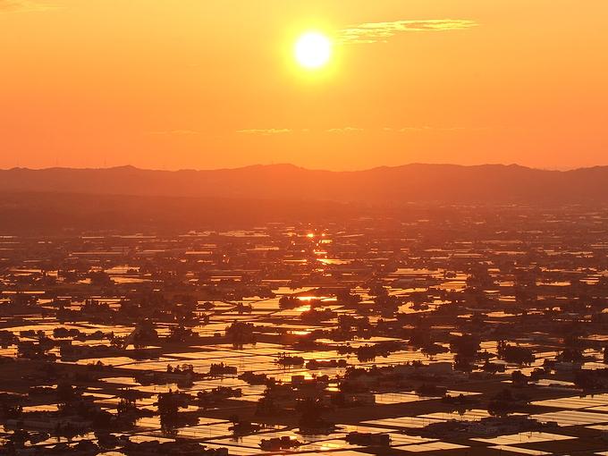 5月散居村を照らす夕日