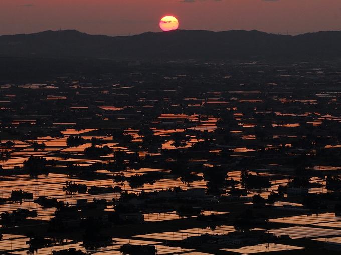散居村を紅く染める夕日 富山県砺波市