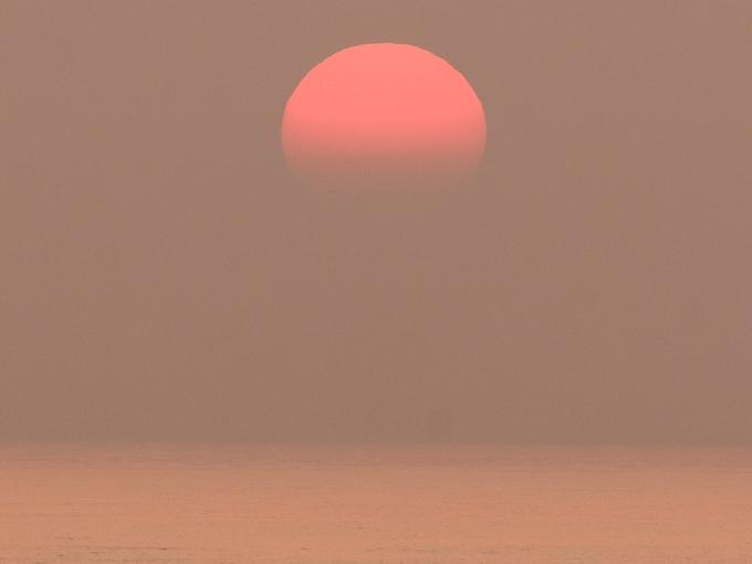 5月の霞む夕日