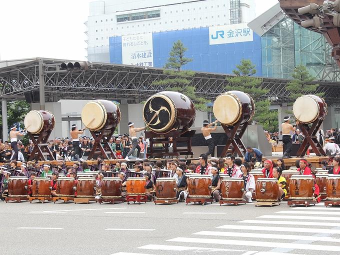 百万石行列 金沢駅前の大太鼓