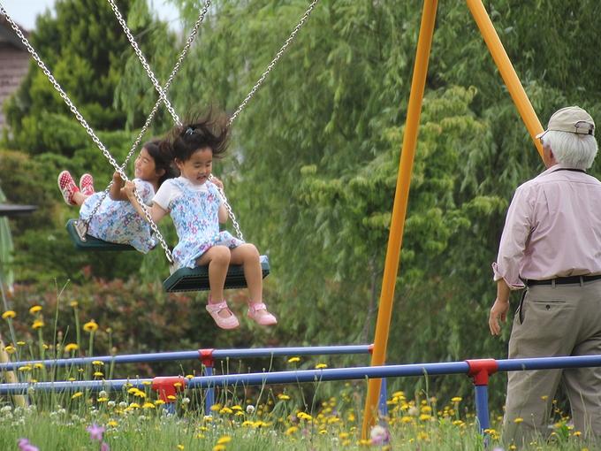 ブランコで遊ぶ姉妹 金沢市太陽が丘