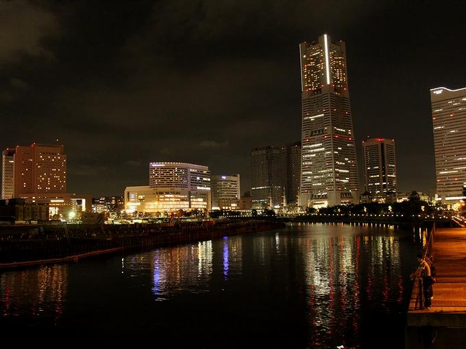 横浜 運河パークとみなとみらいの夜景