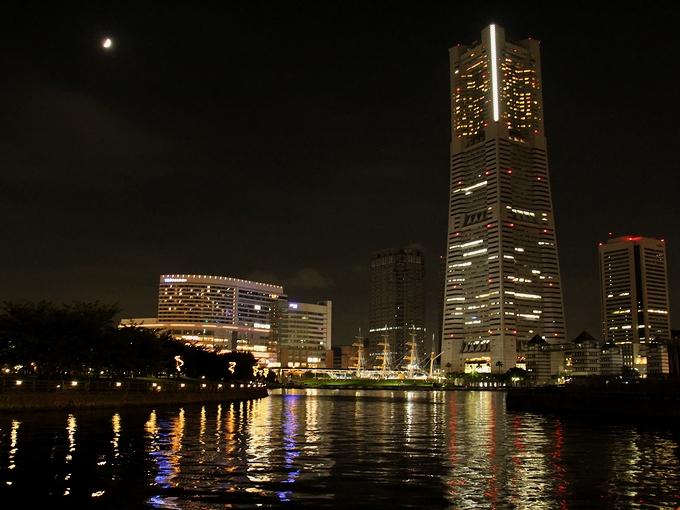 ランドマークタワーと月 横浜市みなとみらい
