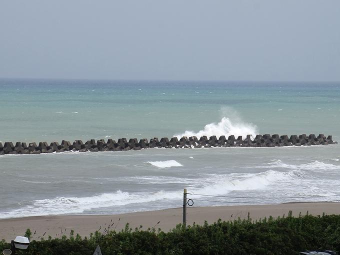猛暑日の海 波荒く