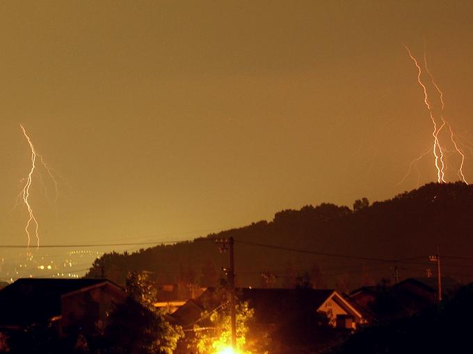 闇夜を切り裂く稲妻 石川県金沢市