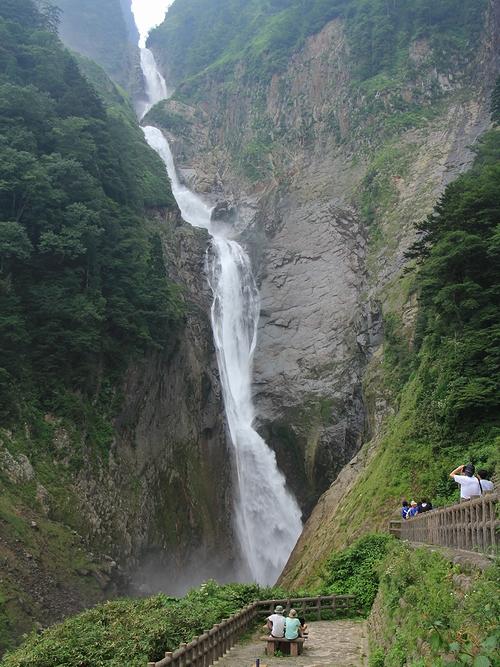 日本一の滝・称名滝 富山県立山町