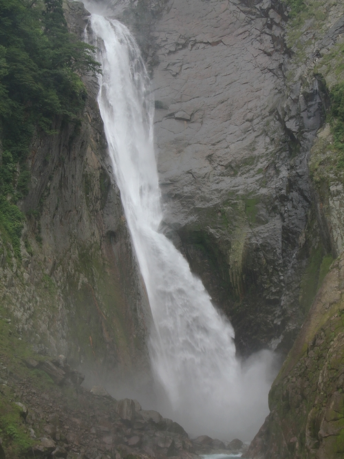 称名滝の滝つぼあたり