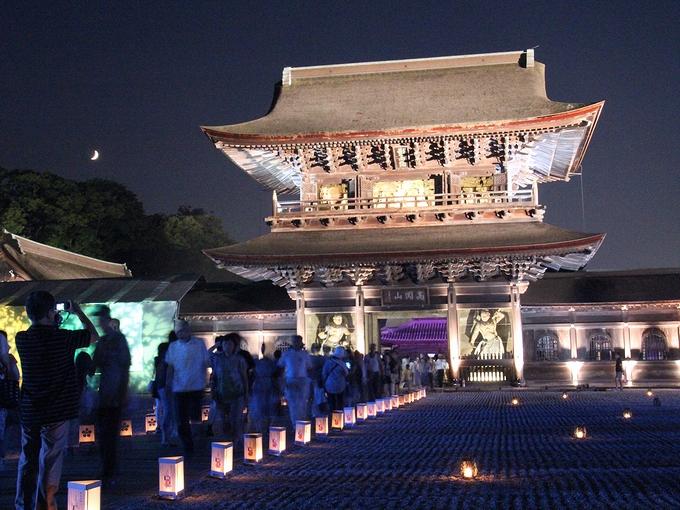 国宝瑞龍寺 「夜の祈りと大福市」でのライトアップ 月とともに