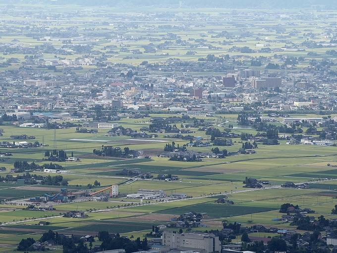鉢伏山から見た散居村と砺波市街