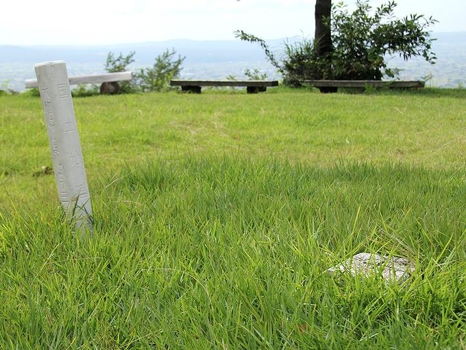 砺波市鉢伏山の頂上三角点