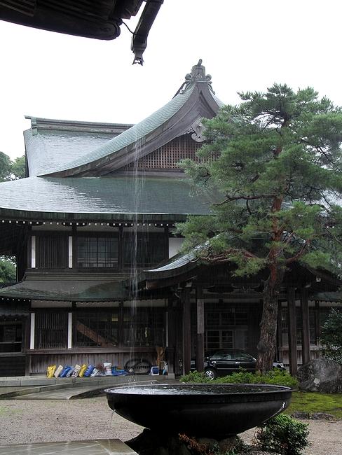瑞泉寺本堂の雨を受ける