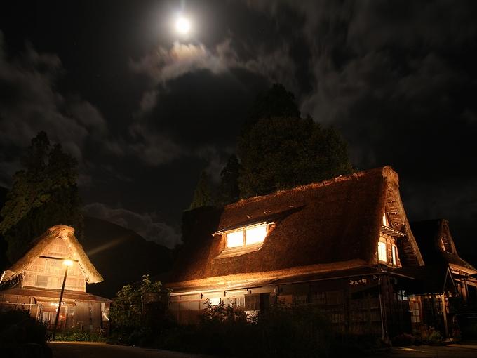 月に照らされる合掌造り 五箇山・相倉